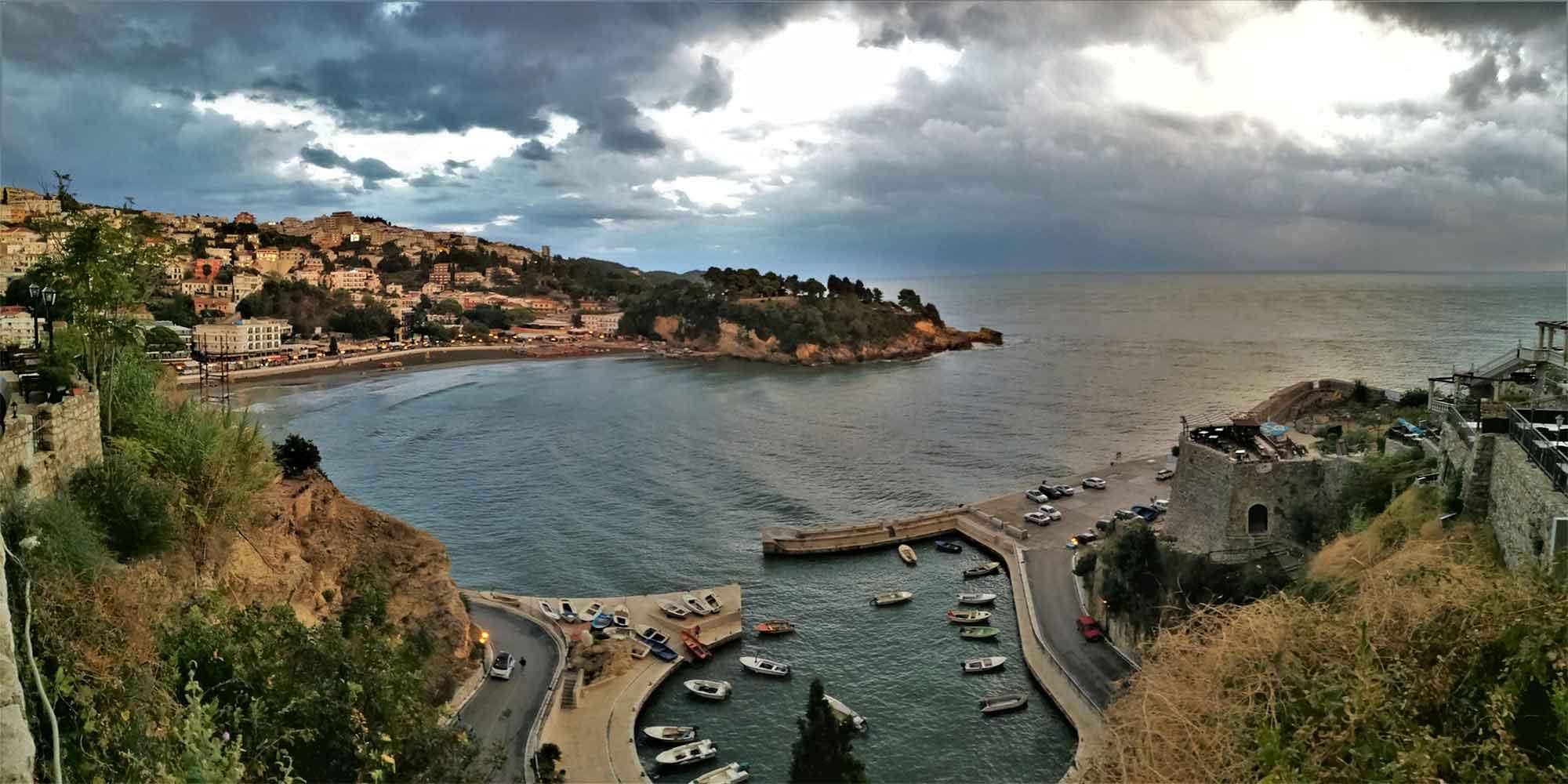 Výhled ze starého města na záliv